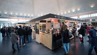 Neben den Food-Ständen in der Mitte der Markthalle können am Samstag auch Speisen gekostet werden, die Flüchtlingen zubereitet haben.