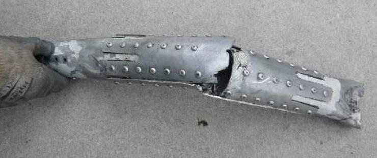 Reparatur an der Struktur eines Motorträgers. Die Halbschalen wurden direkt auf die dicke Lackschicht aufgenietet.