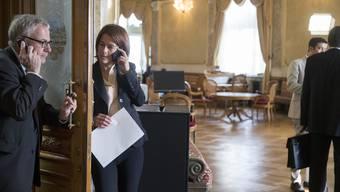 Eine der Hauptbeschäftigungen von Parlamentariern: das Telefonieren – im Bundeshaus und im Ausland.