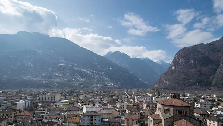 Blick auf Biasca: Der Tessiner Ort ist einer der Gastgeber für die Festivitäten für den Gotthard-Basistunnel. Wegen Felssturzgefahr muss der ursprünglich geplante Ort des Festplatzes verschoben werden.
