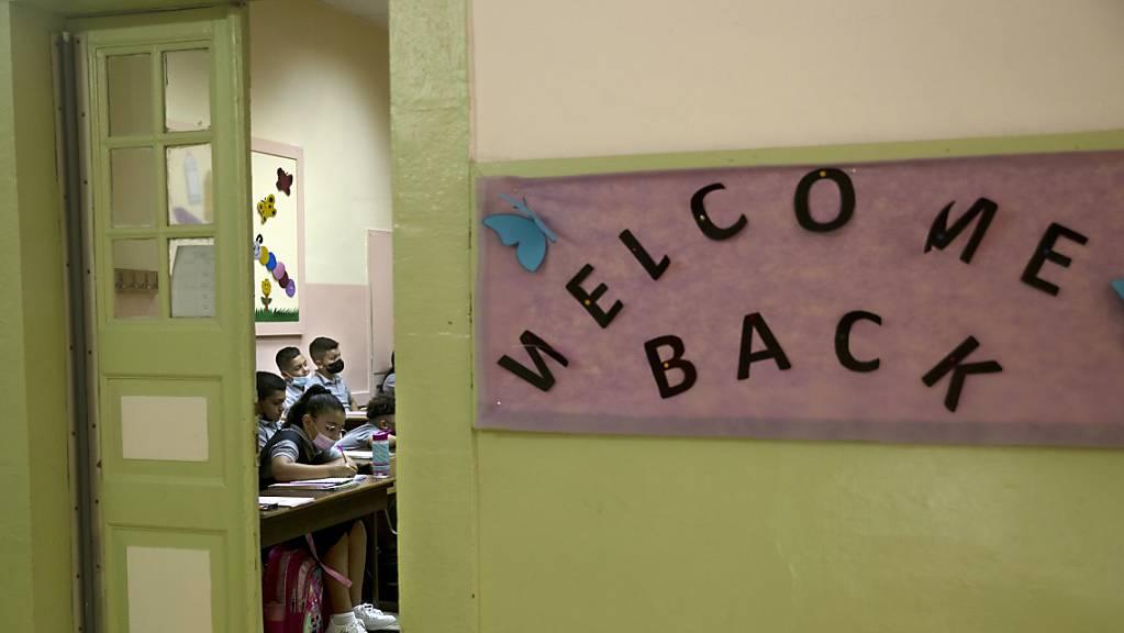 Schülerinnen und Schüler nehmen am Unterricht im College des Freres in der Altstadt von Jerusalem teil. In Israel hat das Schuljahr zum zweiten Mal in Folge unter Corona-Bedingungen begonnen. Laut Medienberichten öffneten am Mittwoch für rund 2,5 Millionen Kinder wieder Schulen und Kindergärten.