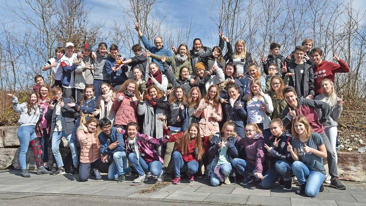 Verbreiten gute Laune: Die rund 60 Jugendlichen des Adonia-Chors, welcher an diesem Wochenende in Walterswil Halt machte.
