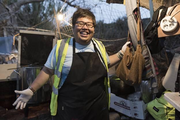 «Essen ist Hoffnung», sagt der malaysische Koch Rayyan Haries. Deshalb reist er dorthin, wo Not herrscht: in die Philippinen nach einem Taifun oder in das Tsunami-versehrte Japan. «So eine schlimme Situation wie auf Lesbos sah ich noch nie. Gebäude können aufgebaut werden, hier kommen stets neue, verzweifelte Menschen an.» Morgens arbeitet er als Digitalstratege via Internet. Danach kauft er ein, stellt sich hinter den Herd. Bis zu 4000 Mahlzeiten täglich gibt der Koch gratis ab – wenn er genug Spender hat. (aba)