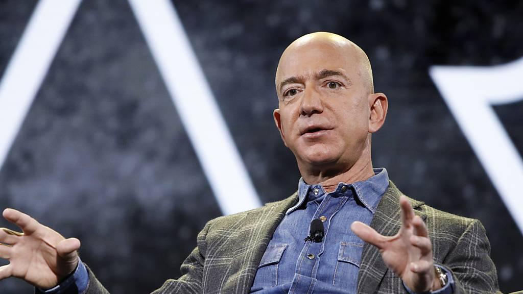 Aus dem Bücher-Versand ins Weltall: Jeff Bezos gibt am Montag die Leitung von Amazon ab - er hatte das Unternehmen vor 27 Jahren als Bücher-Versand gegründet. Sein nächstes Ziel - das Weltall: Am 20. Juli will er mit seinem Raumfahrtunternehmen Blue Origin in den Weltraum fliegen. (Archivbild)