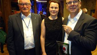 Gemeindeammann Heinz Bürki hat dem Mühle-Besitzerpaar Bernadette und André Zemp eine Seoner Wappenscheibe überreicht. tf