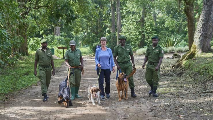 Marlene Zähner zeigt den motivierten jungen Rangern, wie sie mit den Bluthunden Sabrina und Bonus sowie mit dem Waffen- und Elfenbeinsuchspaniel Tumaini umgehen sollen.