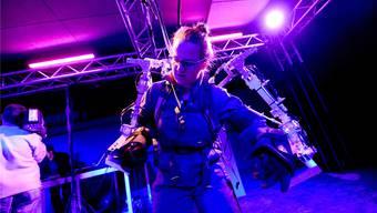 Wie eine Marionette gesteuert: Die bz-Autorin im Kampf mit der Technik. Juri Junkov