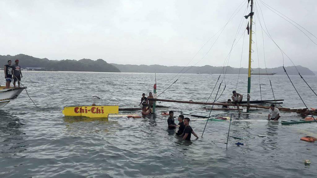 """Elf Menschen ertrunken: Das Wrack des Passagierboots """"Chi Chi"""" bei der Insel Guimaras."""