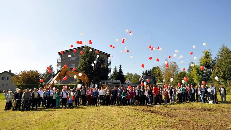 Der Gemeinderat rief zum gemeinsamen Spatenstich für die Überbauung im Zentrum, und die Bevölkerung kam.Isabel Mäder