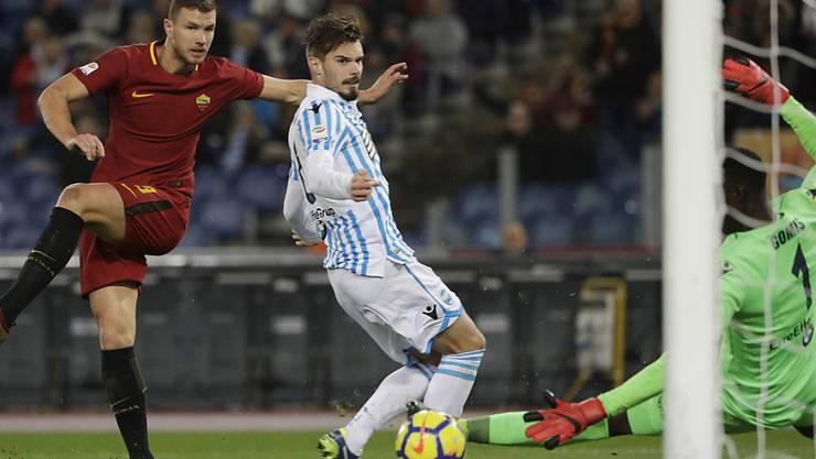Edin Dzeko (links) trifft mit diesem Schuss zum 1:0 gegen SPAL Ferrara