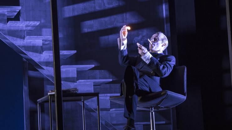 Max Merker als Biedermann der einmal mehr sein komödiantisches Talent beweist und ein Meister der Überzeichnung ist.