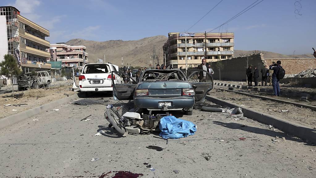 Bei einem Autobombenanschlag in der afghanischen Hauptstadt Kabul sind mindestens sieben Menschen getötet worden. Mindestens zehn weitere Menschen seien verletzt worden, teilte das Innenministerium am Mittwoch mit