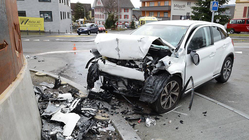 Schwer verletzt hat sich die Lenkerin dieses Wagens bei der Kollision mit der Kreiselmauer in Büron.