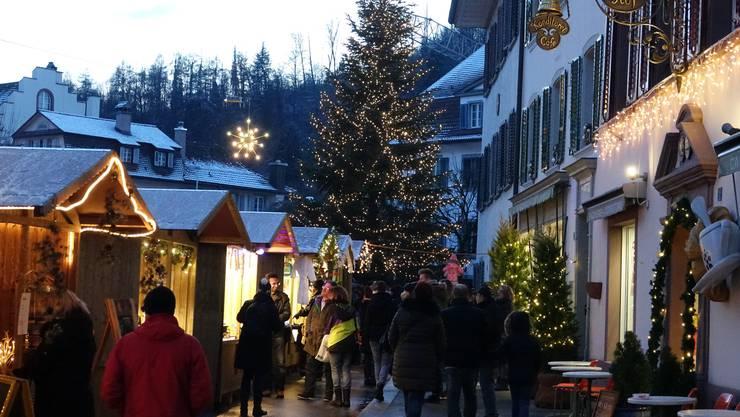 Das Wahrzeichen des Weihnachtsmarktes in Bad Zurzach ist die mt 10'000 LED-Lämpchen geschmückte Tanne – Im Jahr 2017 war sie mit 16 Metern so hoch wie noch nie.
