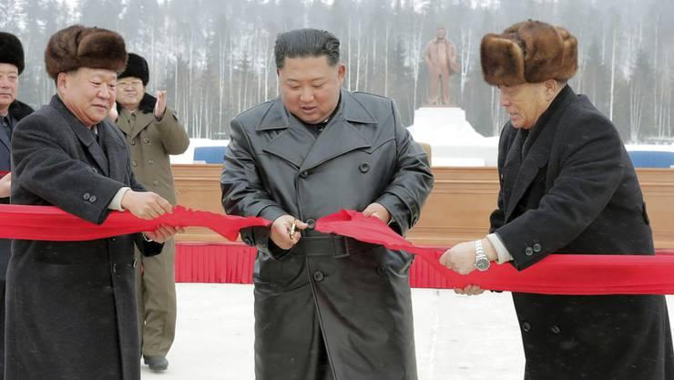 Mit grossem Pop wird in Nordkorea eine  neue Stadt eingeweiht: Machthaber Kim Jong Un schneidet bei der Eröffnung von Samjiyon ein rotes Band durch.