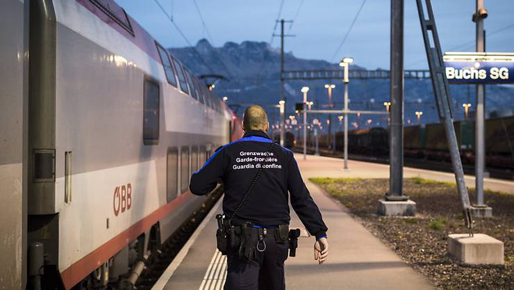Ein Grenzwächter auf dem Weg zur Kontrolle eines Zuges. Geht es nach dem Willen des Ständerates, soll er Verstärkung erhalten. (Archivbild)