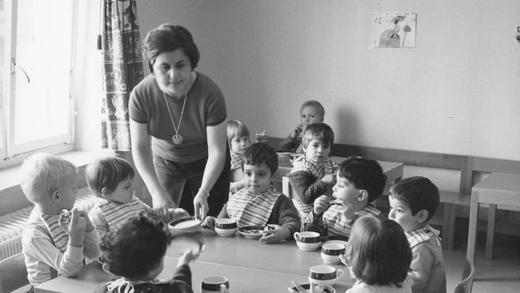 Mittagstisch im Kinderhort Rosental anno 1965.
