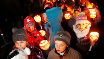 Mit den Räbeliechtli ziehen die Kinder durch die Lenzburger Altstadt.