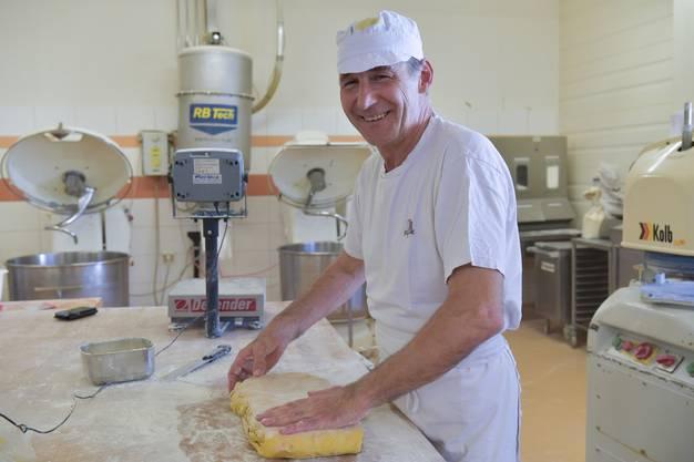 Peter Gassler beim Teig auskneten in der Produktionsstätte an der Niklaus Wengi-Strasse.