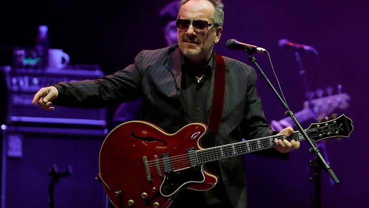 Der britische Popsänger Elvis Costello bei einem Auftritt im Juni 2018 in der spanischen Hauptstadt Madrid. (Archivbild)