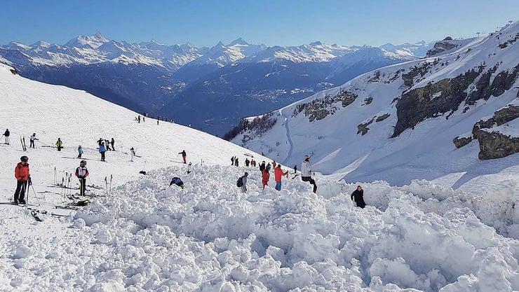 Nachdem die Polizei zunächst von Vermissten in den Schneemassen ausging, wurden am Tag nach der Lawine keine Verschütteten gefunden.