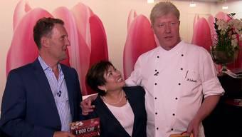Stammgast Harri und die Gastgeber Maria de Lourdes und Heinz Schenkel freuen sich über den Gewinn.