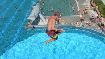Der Sprung vom Zehnmeter in der Badi Grenchen. (Symbolbild/Archiv)