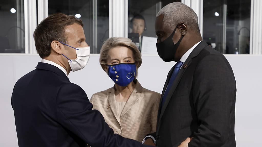 Emmanuel Macron, Präsident von Frankreich, begrüsst Ursula von der Leyen, Präsidentin der Europäischen Kommission, und Moussa Faki, Vorsitzender der Kommission der Afrikanischen Union.