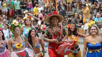 ARCHIV - Menschen feiern Straßenkarneval in der Stadtmitte. Nach der Verschiebung des weltberühmten Karnevals im Sambodrom hat die brasilianische Metropole Rio de Janeiro 2020 wegen der Corona-Pandemie den Straßenkarneval abgesagt. Foto: Fernando Frazão/Agencia Brazil/dpa