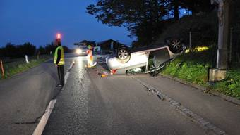 Auto überschlägt sich bei Selbstunfall