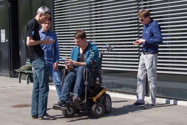 Die Studenten durften die verschiedenen Elektrorollstühle im Workshop selber testen.