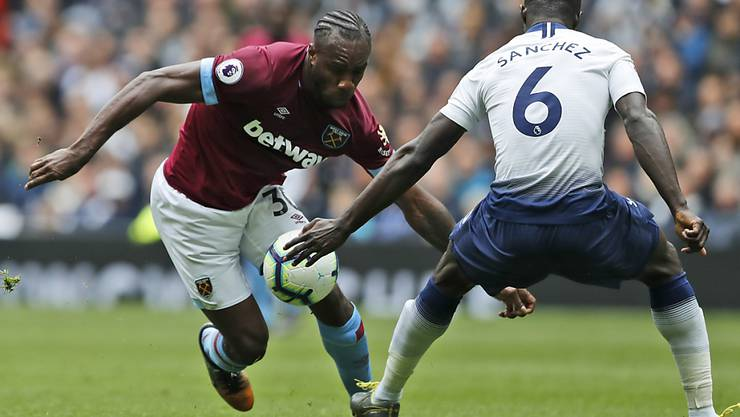 West Hams Michail Antonio (links) zieht hier an Tottenhams Davinson Sanchez vorbei