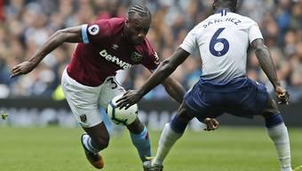 West Hams Michail Antonio (links) zieht hier an Tottenhams Davinson Sanchez vorbei