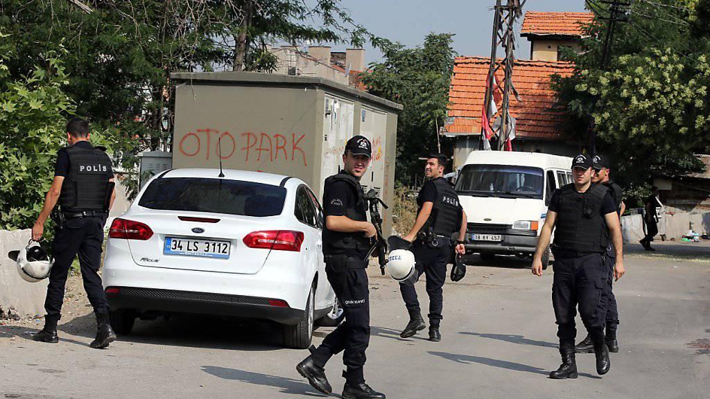 Polizisten bei einer Razzia in Ankara: Spannung zwischen der PKK und der Türkei verschärfen sich (Symbolbild)
