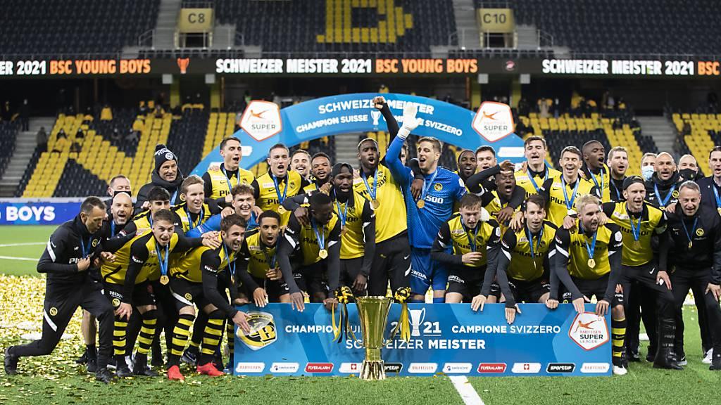 Die Young Boys posieren nach dem gewonnenen letzten Heimspiel mit den überreichten Meistermedaillen
