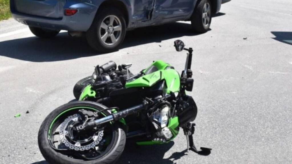 Bei einem Zusammenstoss mit einem Auto hat sich ein Töfffahrer in St. Moritz mittelschwere Verletzungen zugezogen.