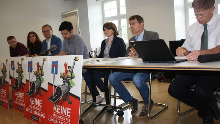 Für das Referendumskomitee sprachen (v.l.) Roland Chrétien (Pro Velo), Stephanie Fuchs (VCS), Klaus Kirchmayr (Grüne), Adil Koller (SP), Kathrin Schweizer (SP), Martin Rüegg (SP), Gerhard Schafroth (GLP) und Mirjam Würth (SP, Pro Natura, nicht im Bild).
