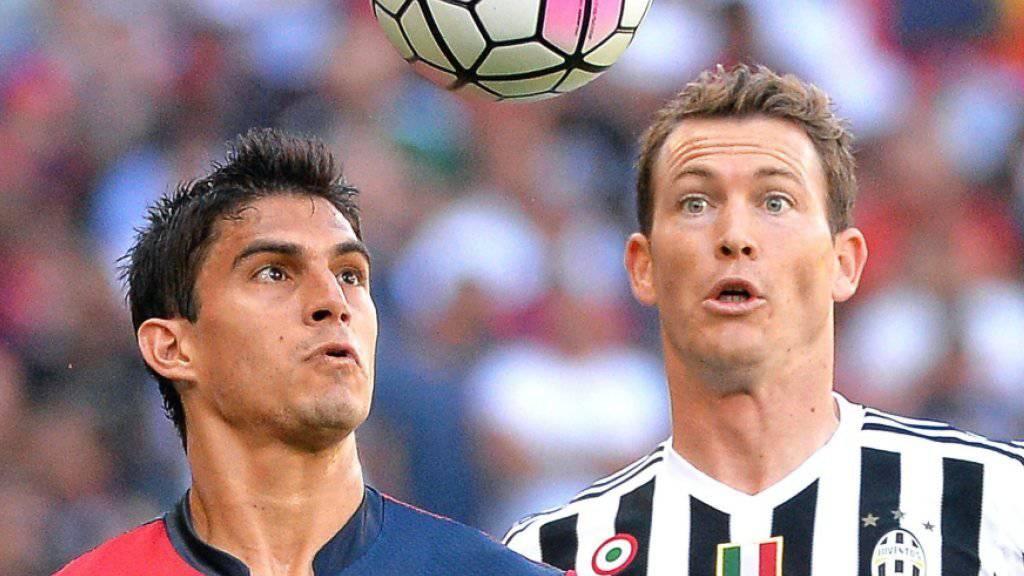 Stephan Lichtsteiner (rechts/hier im Spiel gegen Genoa) hat wieder den Ball im Blick