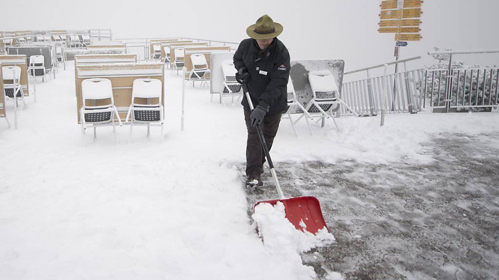 Schaufeln statt servieren: Frischer Schnee auf der Sonnenterrasse auf dem Stanserhorn auf 1851 Metern über Meer.