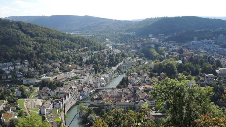 Die Aussicht vom Hertenstein-Chänzeli auf die Limmat und die Bäder.