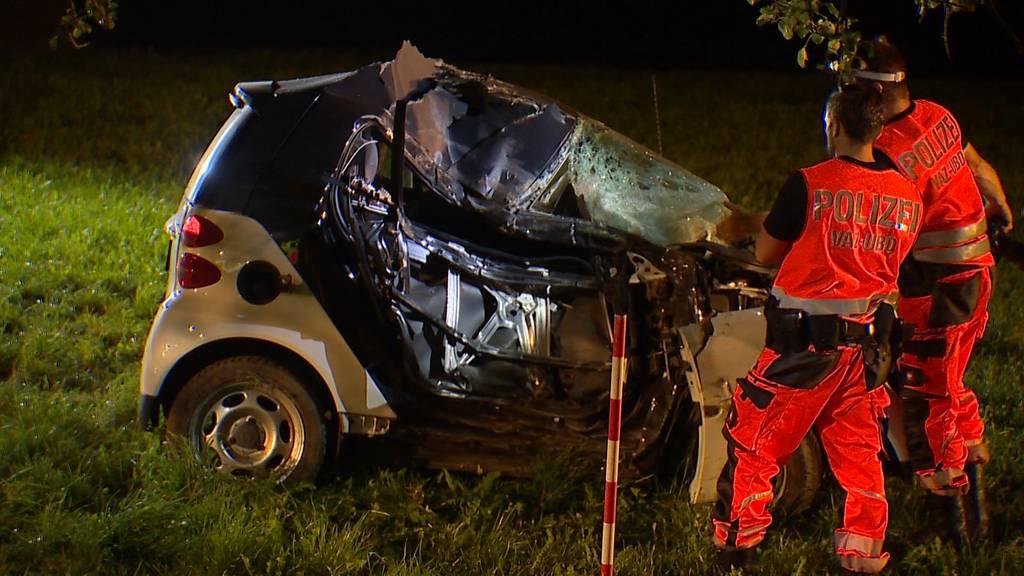 Frontal in Baum geprallt: Schwerverletzter bei Autounfall in Hirzel