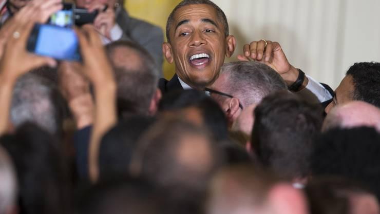 Die Anwesenden feiern Obama für seine spontane Reaktion.