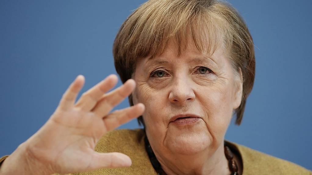 dpatopbilder - Deutschlands Bundeskanzlerin Angela Merkel (CDU) spricht bei einer Pressekonferenz zur aktuellen Lage im Haus der Bundespressekonferenz. Foto: Michael Kappeler/dpa POOL/dpa