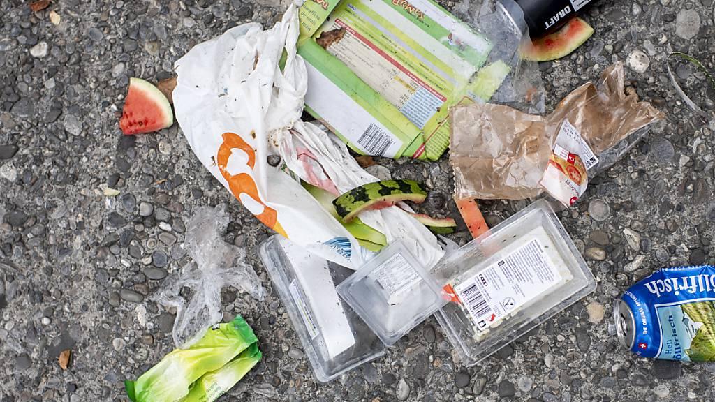 Die Umweltkommission des Nationalrats sagt der Wegwerf-Mentalität den Kampf an: Mit einer Kunststoff-Steuer will sie dafür sorgen, dass mehr Plastik rezykliert wird. (Archivbild)