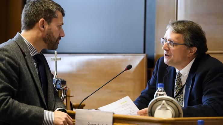 Pierre de Salis, Präsident der Synode, rechts, spricht während einer Debatte mit Kirchenbund-Präsident Gottfried Locher.