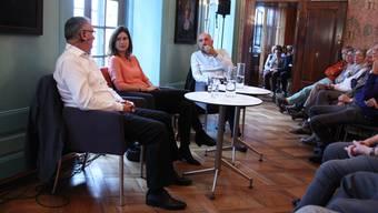 Hans Huber und Maja Riniker-Baumann im Gespräch mit Tinu Niederhauser (rechts) im Müllerhaus