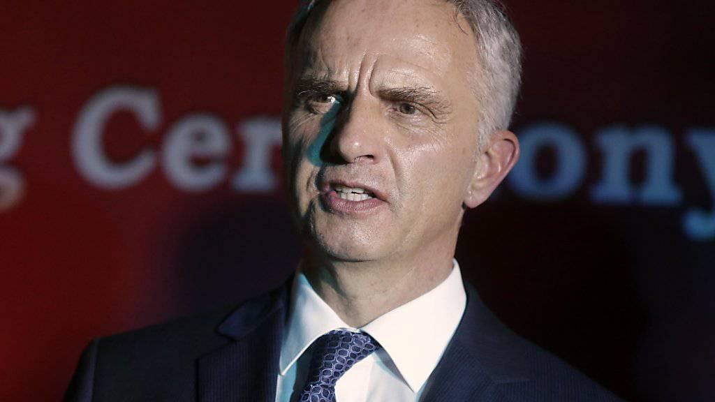 Gegen Berufspflichten verstossen: Aussenminister Didier Burkhalter muss eine Schweizer Diplomatin entlassen. (Archiv)