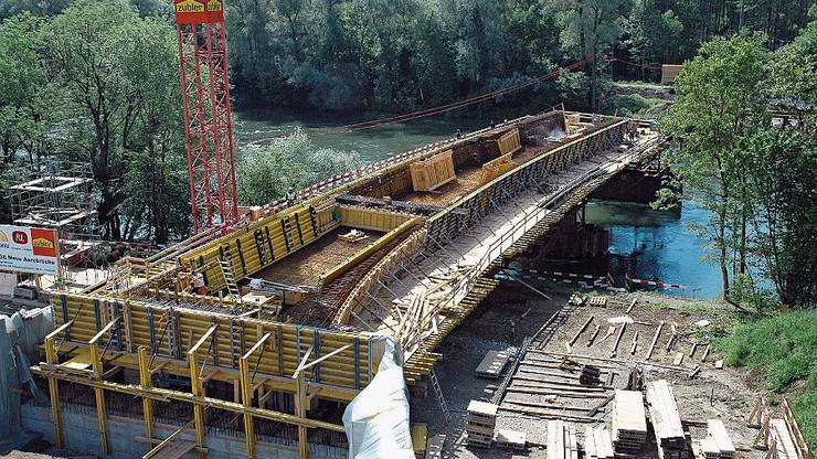 Bau der Brücke über die Aare.