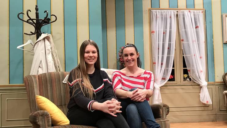 Michèle Keist und Lucia Stich, Ensemble-Mitglieder des Kolping-Theaters, sitzen im Bühnenbild von «Rommé zu Dritt».