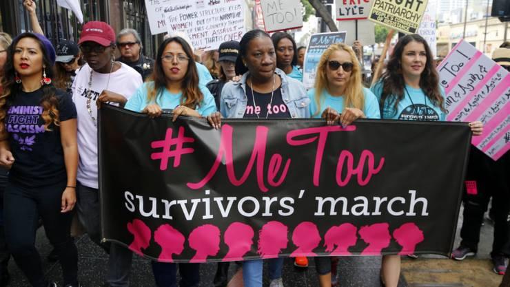 In Hollywood haben zahlreiche Personen gegen sexuelle Belästigung demonstriert.